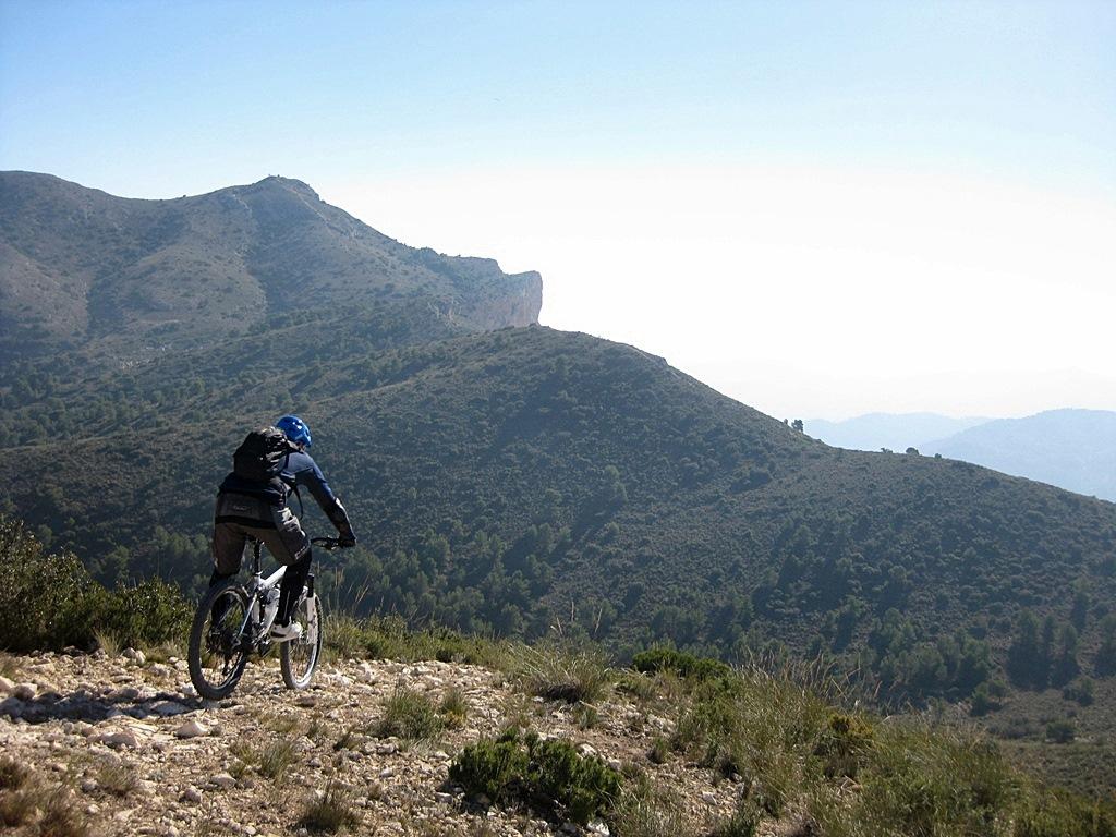 Visión del sendero hasta la cima del Migjorn vista desde el Cabeçó Redó, punto de inicio de un espectacular tramo trialero.