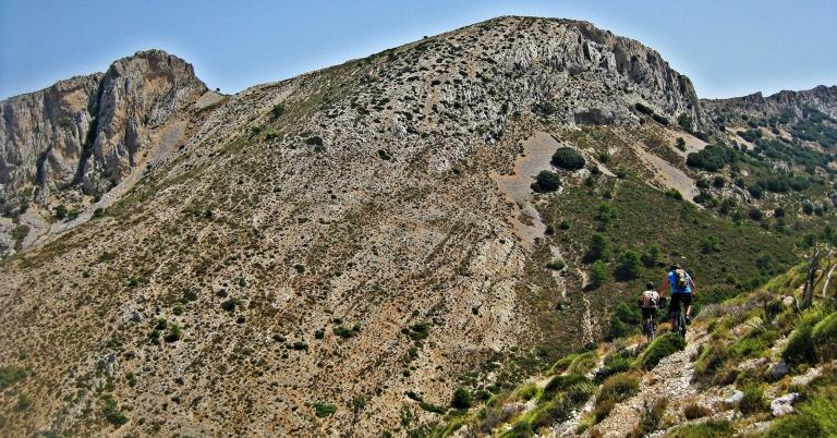 En dirección al Portet de Fageca hay que estar bien atentos para no perder el sendero bueno. En la imagen se aprecia el lomo que desciende desde el Morro Regall.